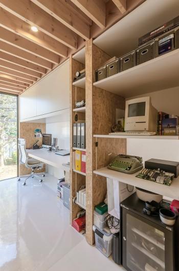 書斎/仕事場につくられた棚には、年代物のMacからカメラのドライボックスまでがおさめられている。