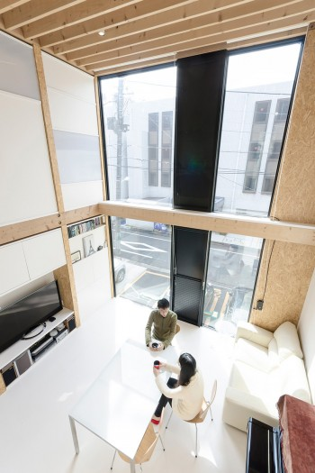 2階からリビングを見下ろす。大きな気積がゆったりとした心地良さをもたらす。ピアノの音がとてもきれいに響くという。