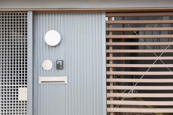 ルーバー状、格子状に張り巡らされたフェンスが外からの視線を遮る。