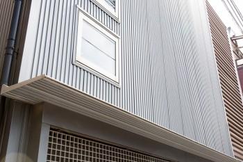 耐久性に優れ、塗装の必要のないガルバリウム鋼板を外壁に。