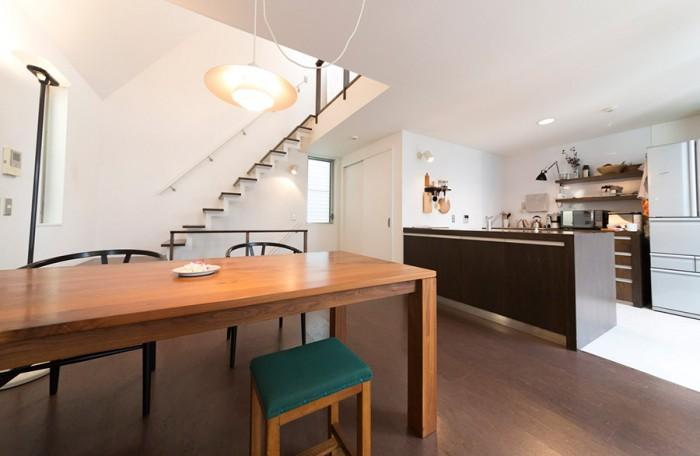 白とブラウン系の落ち着いた空間。家具は北欧系インテリアショップなどでオーダー。