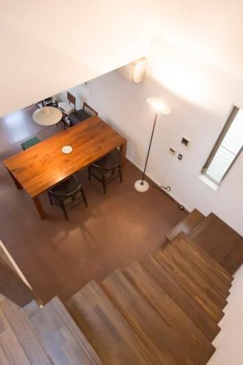 3階のバルコニーや天窓からの光が2階に届く。ダイニングテーブルの椅子はハンス・J・ウェグナーのYチェア。