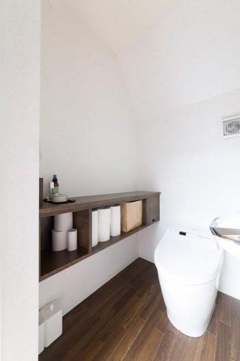 トイレの収納は使い勝手を考えて、サイズと位置にこだわった。