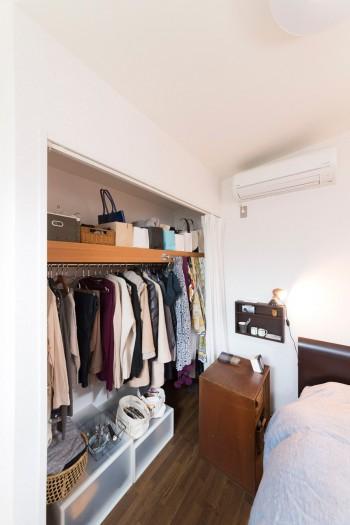 扉のないクローゼットは、無印良品のボックスなどを活用して整然と収納。