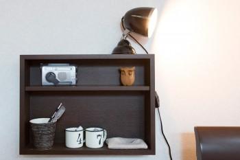 ベッドサイドには小さな棚に必要最小限のものを。