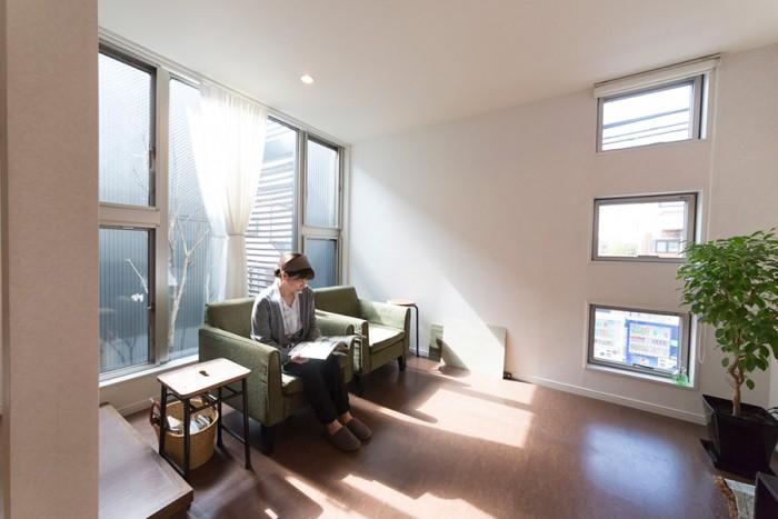 1段下がったリビングは落ち着ける空間。ソファーは日本の職人が手作りするNOYESで購入。Aさんは日々の暮らしや整理収納術をブログで紹介している。http://linenmore.exbllog.jp/