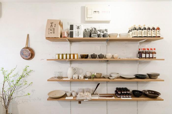「普通の家庭で毎日使えるもの」が並ぶ。使い勝手がいい器は長く使い続けたい、飽きのこないデザインが魅力だ。