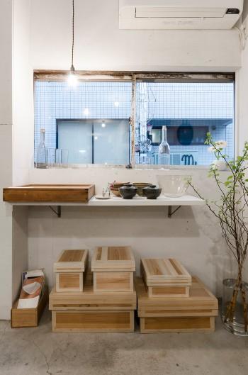 サイズ違いの木箱は、現在はほとんど流通には使用されていない、貴重な手作りの茶箱。デリケートな緑茶のための湿気や害虫排除、においの付着などを防御するために作られた昔からの知恵が詰まった商品。湿気を嫌う食品の保存に。