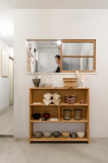 店主二人が立つ囲いの中には小さなキッチンがあり、家のような雰囲気が漂う。