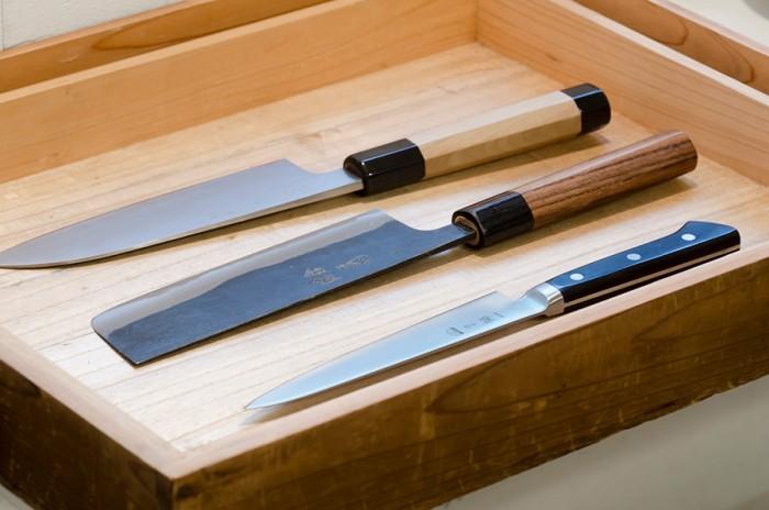「毎日使う包丁の切れ味はどのようにして手入れをしているのか、刃研ぎをしているのか、ということが決めて」と研師の菊一公明さん。いい道具は料理が楽しくなる。料理が美味しくなる秘訣のようだ。