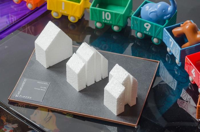 三角屋根の家を切断・スライドさせてできたプロセスがわかる模型。