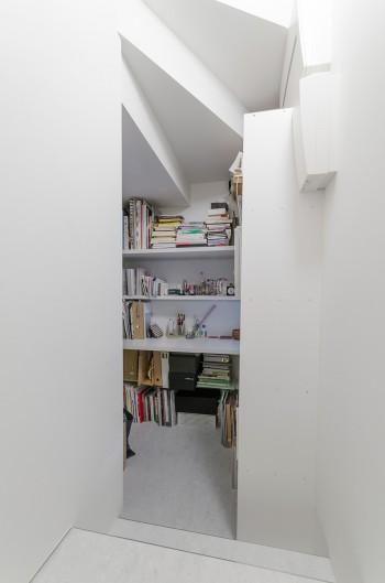 階段下に設けられた1坪ほどの書庫。小山さんはこの場所が一番落ち着くという。
