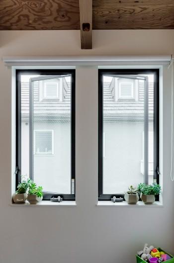 小山さんが通風を考慮して決めた窓。左右からの風を採り込む目的で開く方向が決められた。