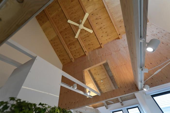 スライドした建物形状とともに特徴的なのが2階上部の木部分。白部分との対比がとても印象的だ。この構成にはコストを抑えるとともに、生活ゾーンと将来子ども部屋などを増築する可能性のある場所とを別の建築的表現にするという意図もあった。