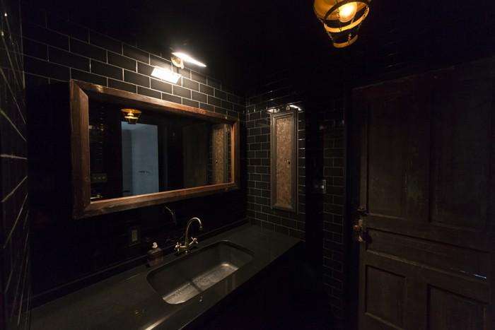 洗面所の光もグッと絞っている。暗がりの中に浮かび上がるこだわりのディティールが美しい。