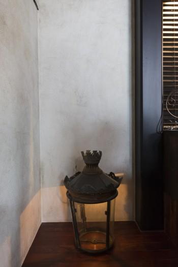 アンティークのランタンは吊るさずに敢えて床に置き、光の拡散を楽しむ。