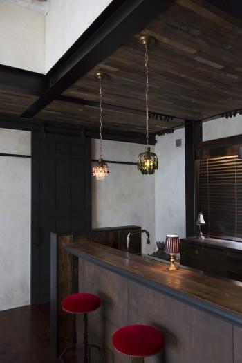 天井には古材が貼られている。天井から吊ったシャンデリアは、シャンデリア専門店にオーダーして作ってもらったもの。