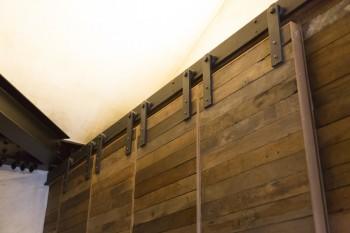 重量のある古材を使った吊引き戸のレールも、鍛冶職人の手によるもの。