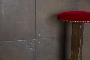 キッチンのカウンターの下には、錆びた鉄板が貼られている。アンティークのバースツールとの相性もいい。