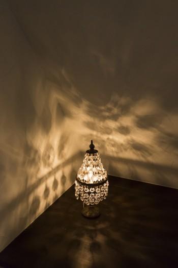 「壁に映る光がよく見えるように、部屋全体を明るくしないようにしています」