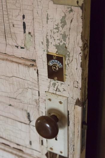 どの部屋のドアもアンティークのものを使用。新品のドアではこの味は出せない。