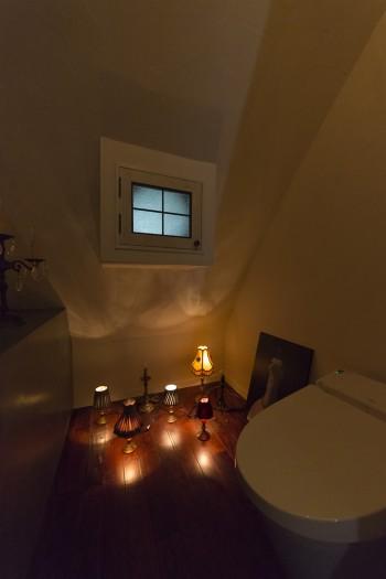 小さな照明スタンドを床に並べて。キノコ畑が発光しているようなストーリーを感じられる空間に。