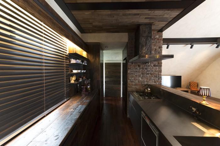 日常をできるだけ排したという家はキッチンもご覧のとおり。生活感が出てしまうキッチン家電は扉の中へ。