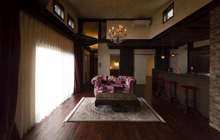 リビングのイメージを決めるイギリスのHALOのソファ。アンティークのトロッコをローテーブルに。
