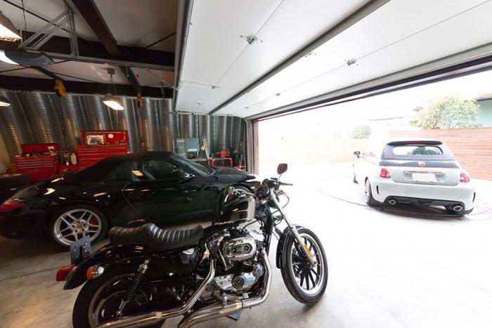 車を2台余裕で置ける広々としたガレージの前には、ターンテーブルを設置。