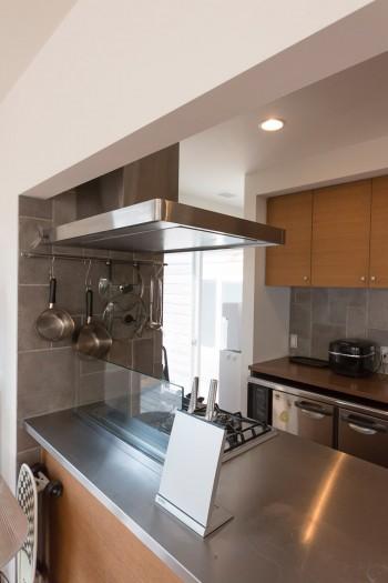 料理も大好きな山崎さん。キッチンも広いスペースを確保。シンクは寸法を決めてオーダーで作ってもらった。壁面にはサイズの違うタイルをはめ込み変化をつけた。