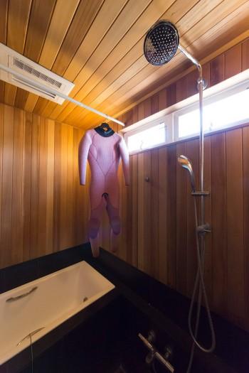 ベイスギのバスルームは今もよい香りが漂う。マリブのホテルを参考にして黒いタイルに。レインシャワーは疲れを癒してくれる。