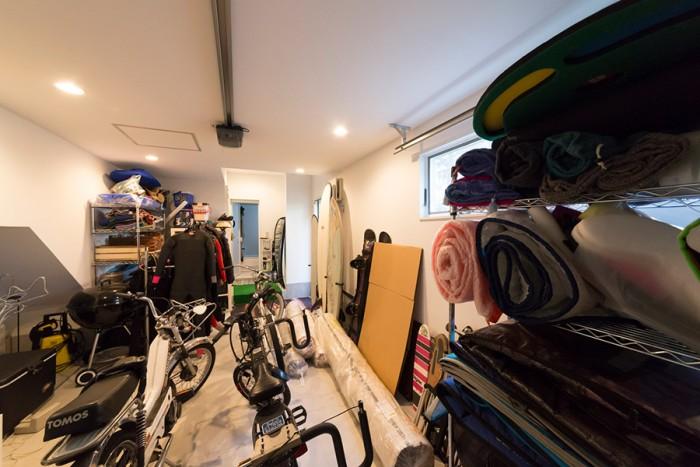 ガレージはアウトドアグッズでいっぱい。「本当はラグを敷きストーブを入れて、男たちの溜まり場にしたかったんです」。バイクは道が混む湘南で活躍。