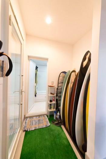 裏口から入ることができる1階のバスルーム。海からあがって3分で直行できる。