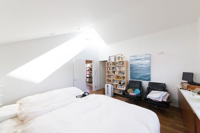 天窓から明るい日が差し込む2階のベッドルーム。