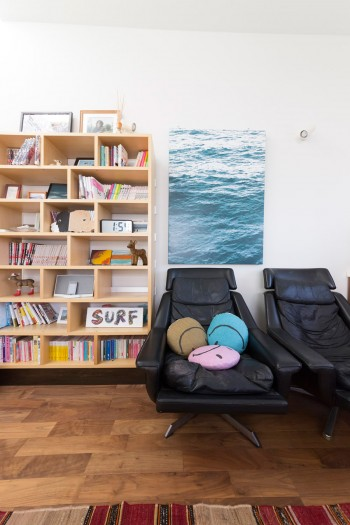 愛読書、海外で買ってきた小物などがベッドルームを飾る。