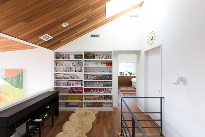 2階の吹き抜けスペース。あえて違う色の素材を組み合わせた天井が奥行きを出す。