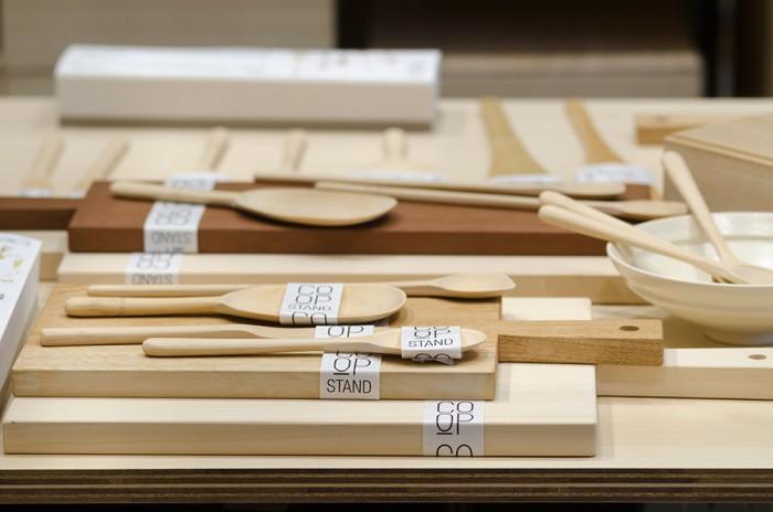 茶道具をつくる職人によってつくられるカトラリーや指物師がつくるカッティングボードなど、ジャパンメイドの暮らしの道具を提案するオリジナルライン「COOP TOOLS」。