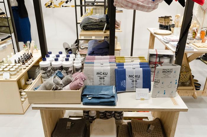 今治コンテックス社製のLight Towel「MOKU」。薄くて軽く、吸収・速乾性に優れていて、首に巻いてもゆとりのある長さ100cmの設計。ふだん使いはもちろん、スポーツのシーンでも活躍。先染めの糸を使って織り上げた生地に、上から染め加工することで独特な色味に。