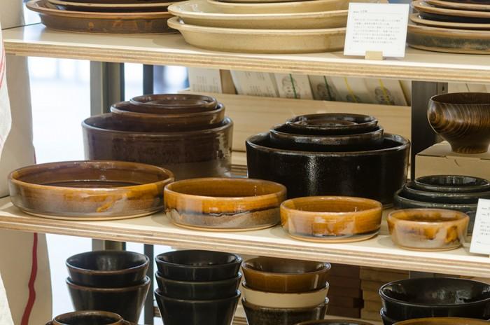 島根の出西窯には入れ子のように収納できる丸皿を豊富に揃える。日本ではふだん使う機会の少ない9寸の大皿は特に欧米の人に人気だそう。