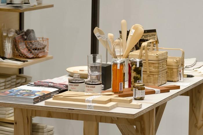 木村硝子のグラスや白竹弁当箱は眺めているだけでもうっとりするような存在感。日本の伝統的な手仕事は、今なお新しく感じられる。