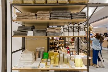 タオルは今治「コンテックス社」製のものを揃える。世界各国から厳選した綿花を、四国山系を源とする天然ミネラル水を使用しながら植物性の純石鹸などでゆっくり洗い上げ、使い心地のいいタオル作りを行う。