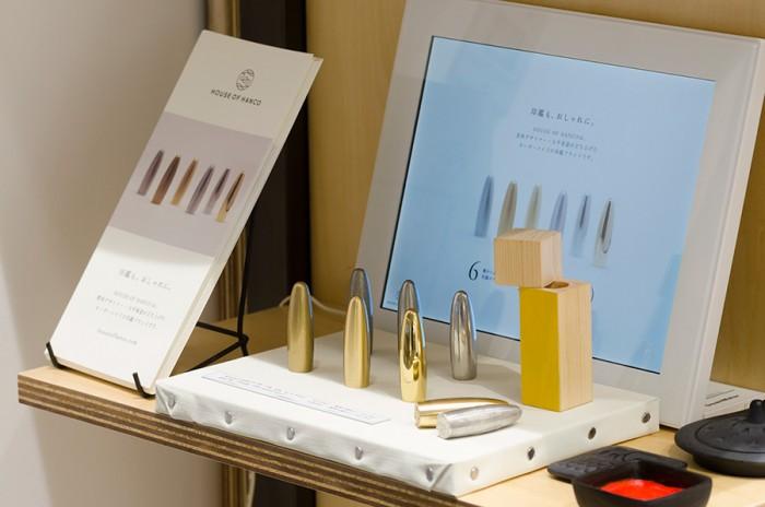 書体デザイナー・大平善道さんが手がける現代の感性と日本の工芸技術が合わさった新しい印鑑「HOUSE OF HANCO」は、無垢な真鍮と錫で作られたやわらかなフォルムが特徴。鏡面、ハーフマット、マットと表面の仕上げも選べる。