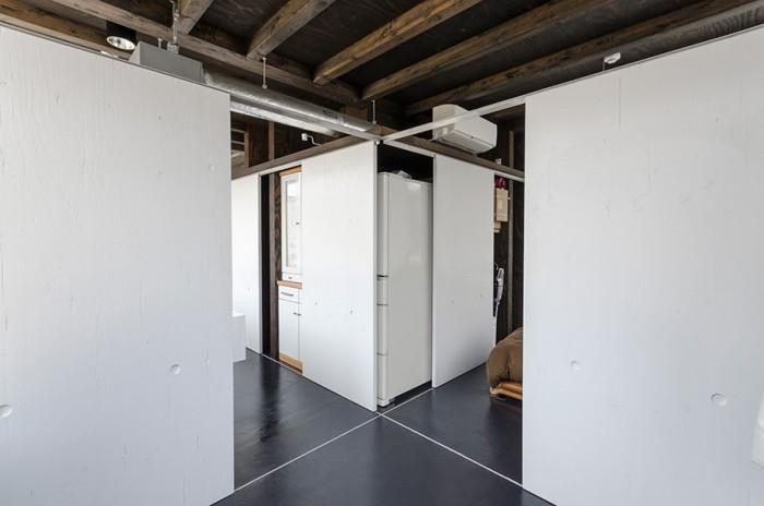 左がキッチン。右が寝室として使用しているスペース。さらにコアからパーティションを移動させれば完全に仕切ることもできる。 この自由度の高いパーティションシステムは今後の家族構成などの変化にもフレキシブルに対応可能だ。