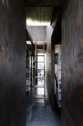収納が集約されたコアの真ん中近くに2階へ上る階段が設けられている。