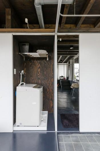 洗濯機もコアに収納されていて右のパーティションを移動すれば隠すことができる。