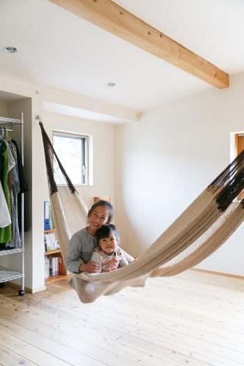 2階の子ども部屋で遊ぶ野乃子ちゃん(8歳)と草葉子ちゃん(2歳)。