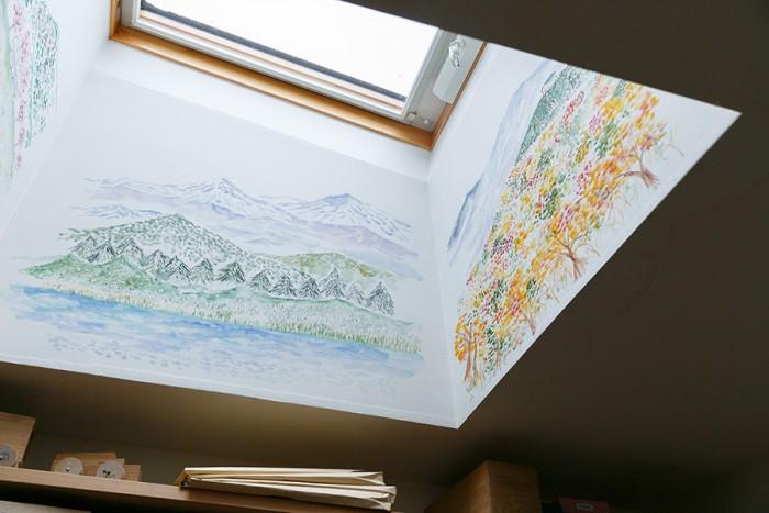 「天窓の四方の壁には春夏秋冬の山の風景の絵を書きました」(睦子さん)。