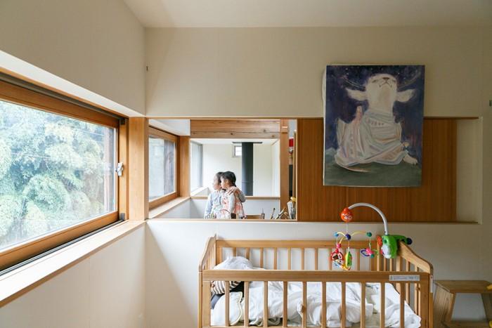 手前から子ども部屋、睦子さんのアトリエ、吹き抜け。アトリエにいて窓を開ければ、子どもの様子も1階の様子も見ることができる。