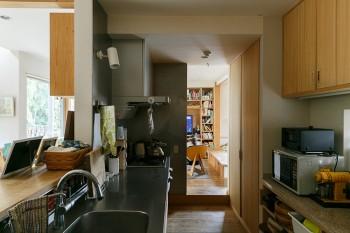 「料理中に窓からの景色とみんなの顔が見たい」という睦子さんの要望通り、開放感あふれるキッチン。