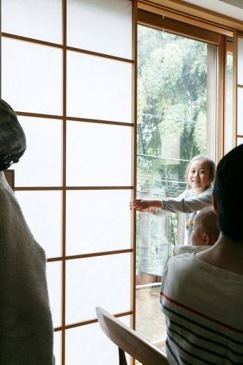 窓にはカーテンやロールスクリーンではなく障子を採用。「閉めていてもやわらかな光が入るのがお気に入りです」(芳教さん)。